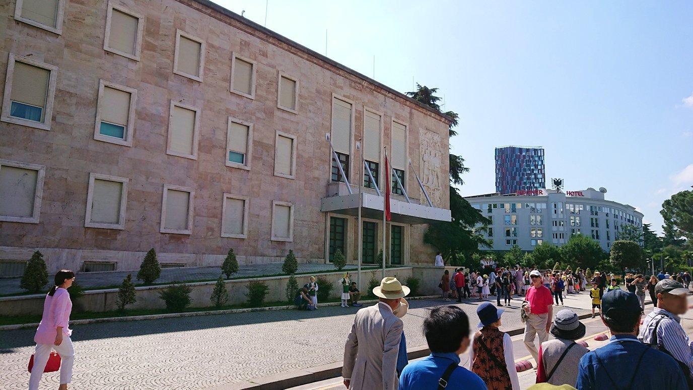 アルバニアで首都ティラナで子供の日イベント通りで子供達と触れ合う4