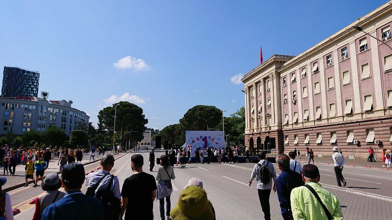 アルバニアで首都ティラナで子供の日イベント通りで子供達と触れ合う5