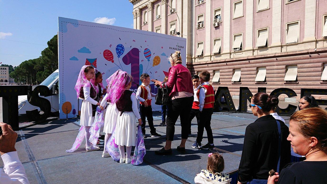 アルバニアで首都ティラナで子供の日イベント通りで子供達と触れ合う6