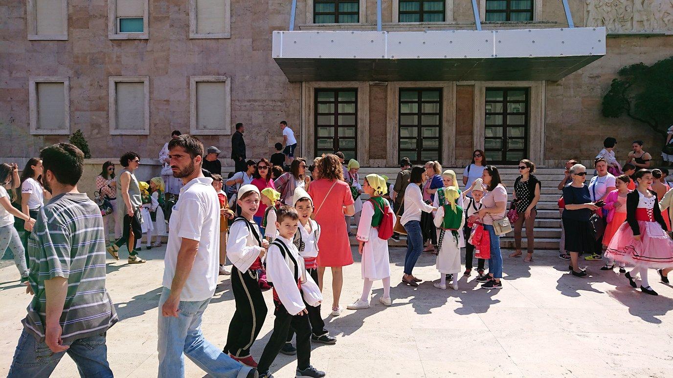 アルバニアで首都ティラナで子供の日イベント通りで子供達と触れ合う9
