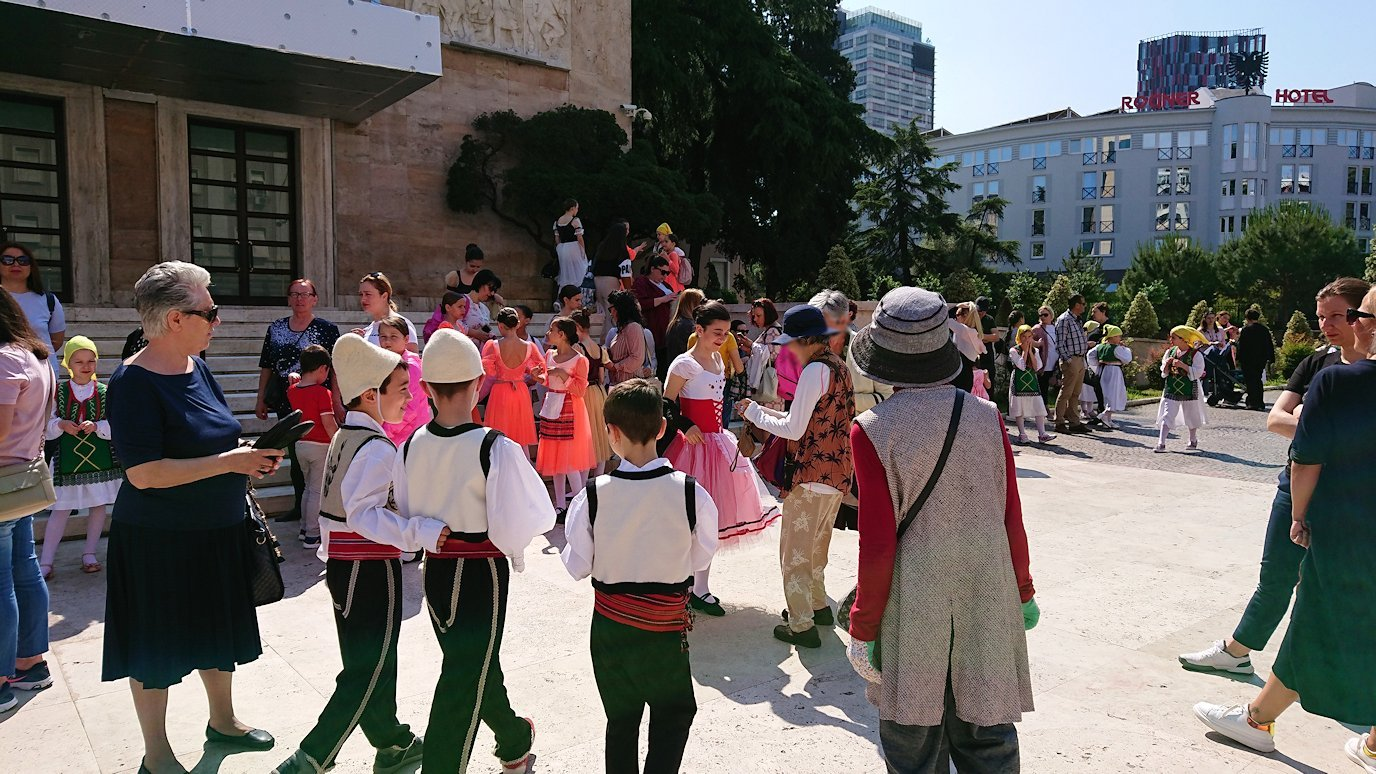 アルバニアで首都ティラナで子供の日イベント通りで子供達と触れ合う