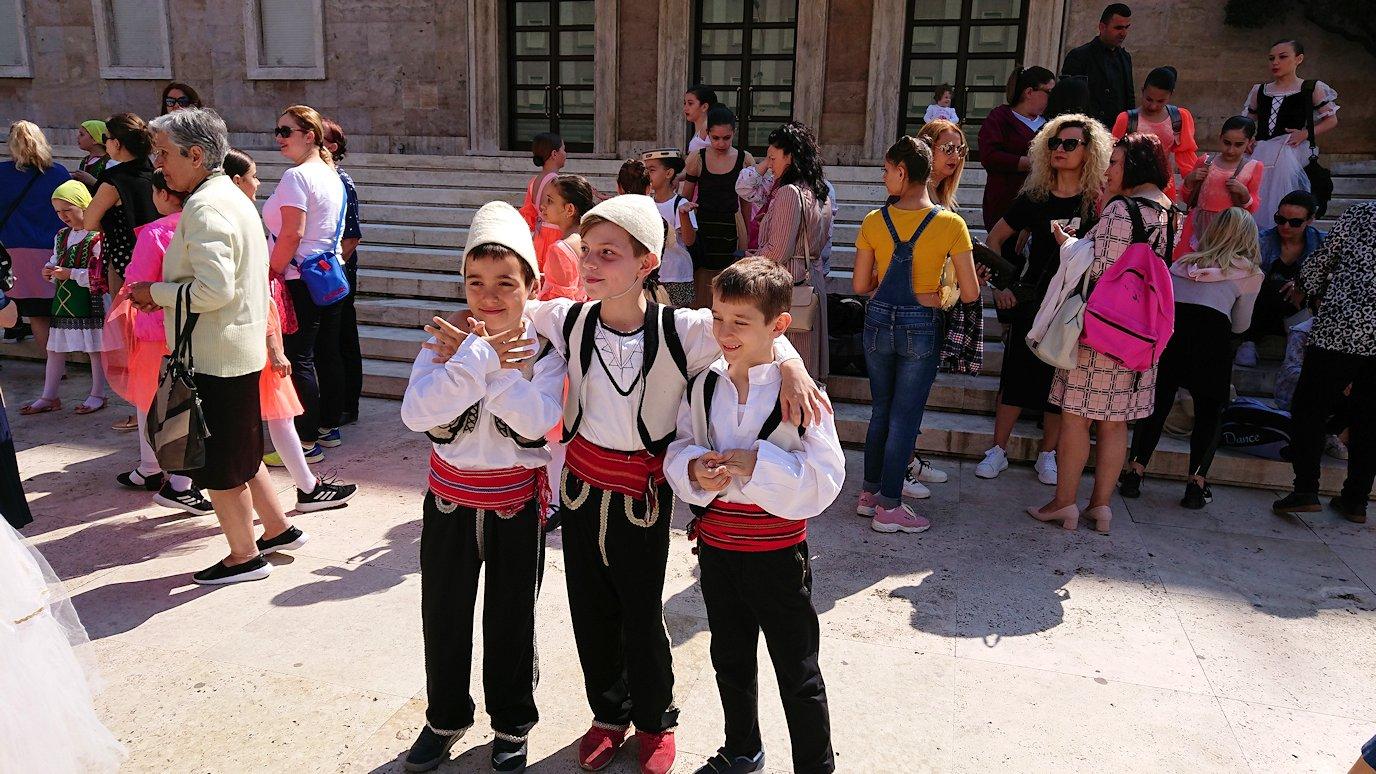 アルバニアで首都ティラナで子供の日イベント通りで子供達と記念撮影
