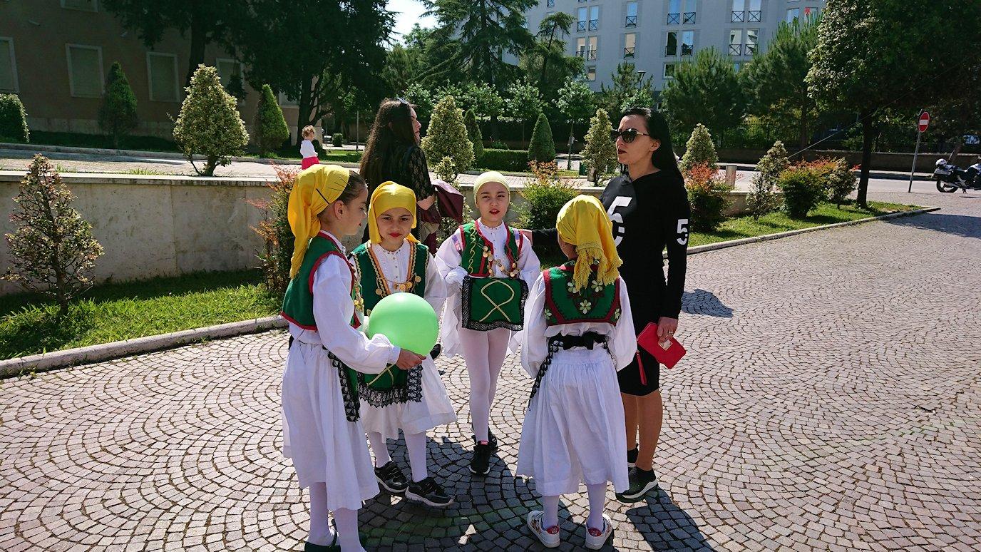 アルバニアで首都ティラナで子供の日イベント通りで子供達と記念撮影1