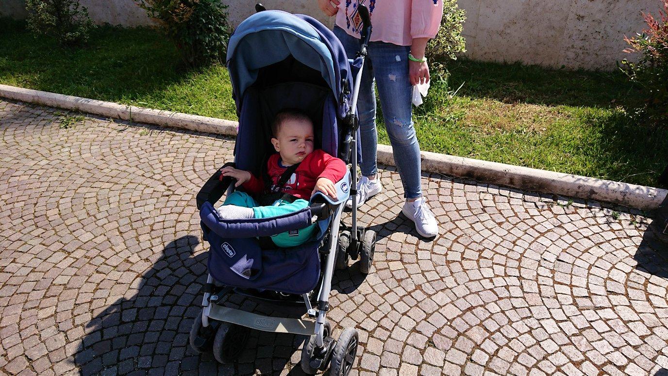 アルバニアで首都ティラナで子供の日イベント通りで子供達と記念撮影2