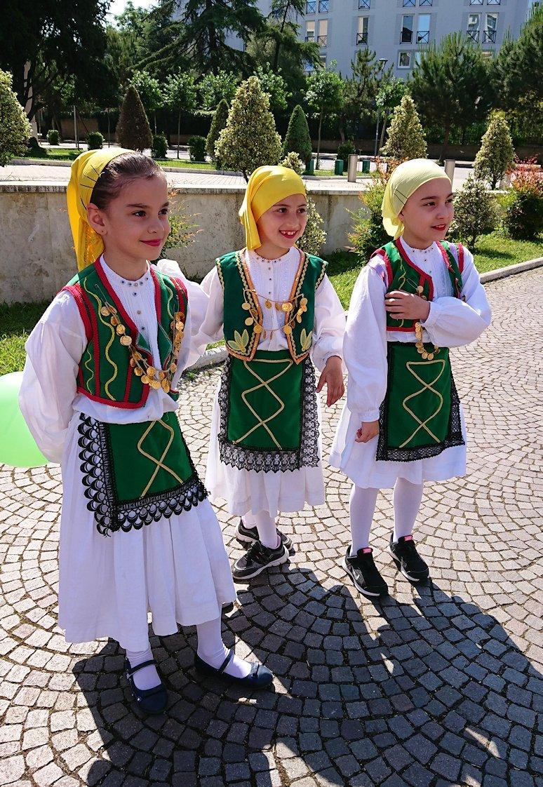 アルバニアで首都ティラナで子供の日イベント通りで子供達と記念撮影3