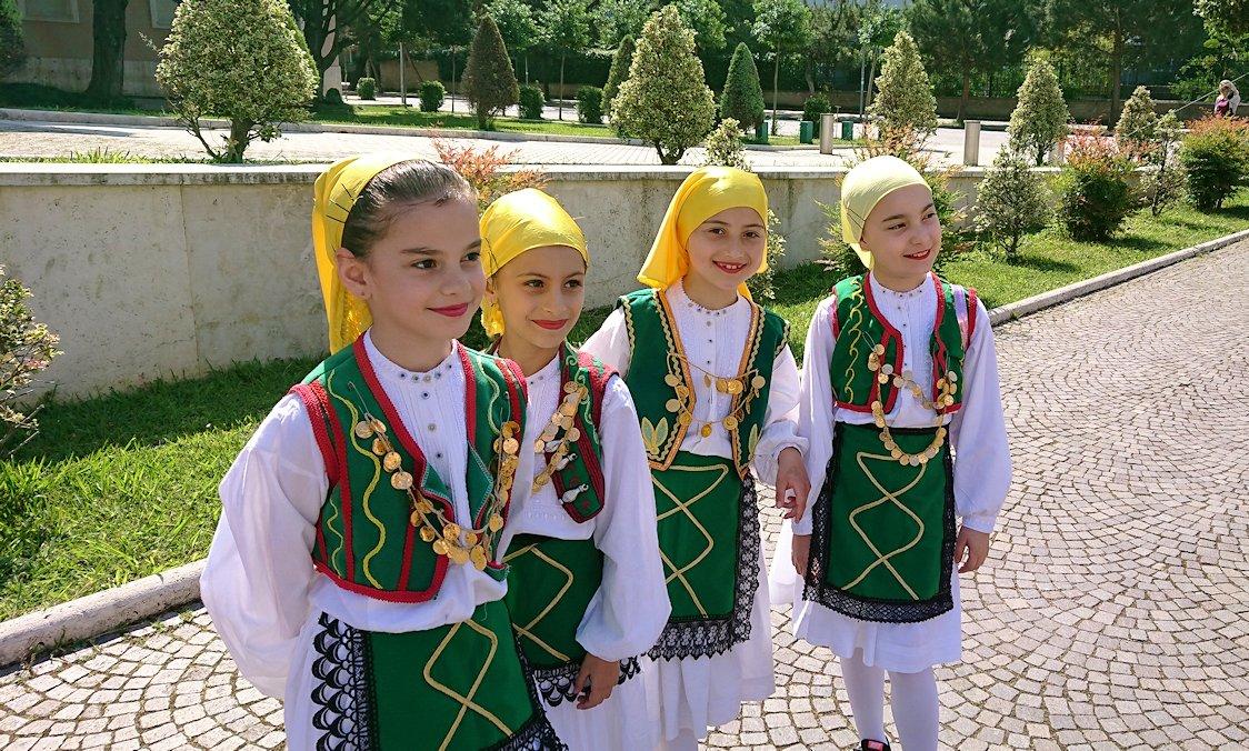 アルバニアで首都ティラナで子供の日イベント通りで子供達と記念撮影4