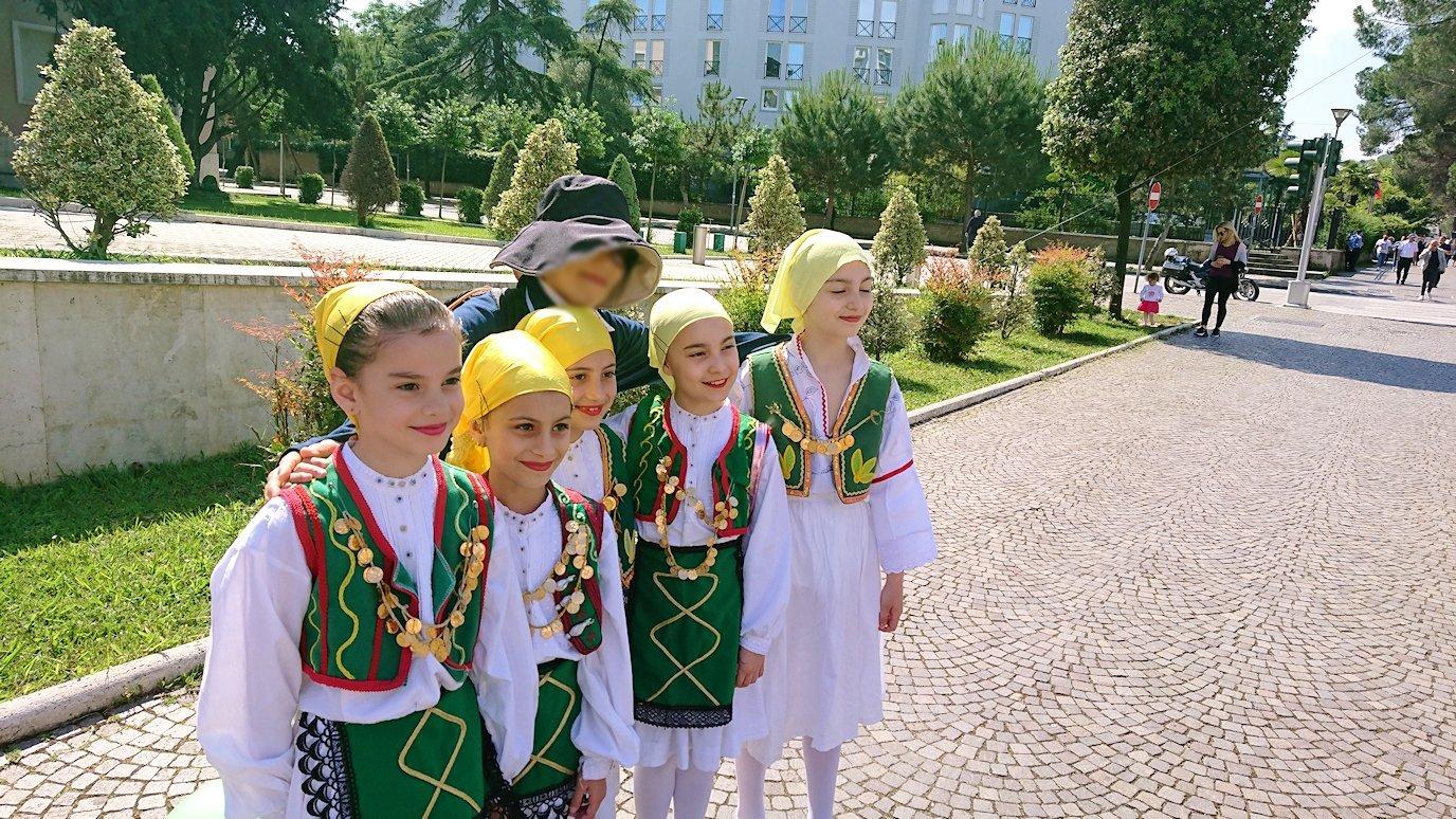 アルバニアで首都ティラナで子供の日イベント通りで子供達と記念撮影5