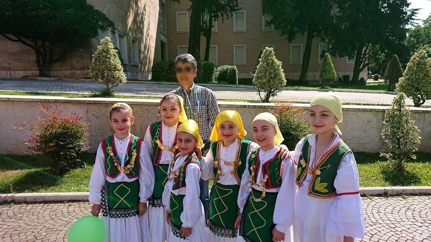 アルバニアで首都ティラナで子供の日イベント通りで子供達と記念撮影6