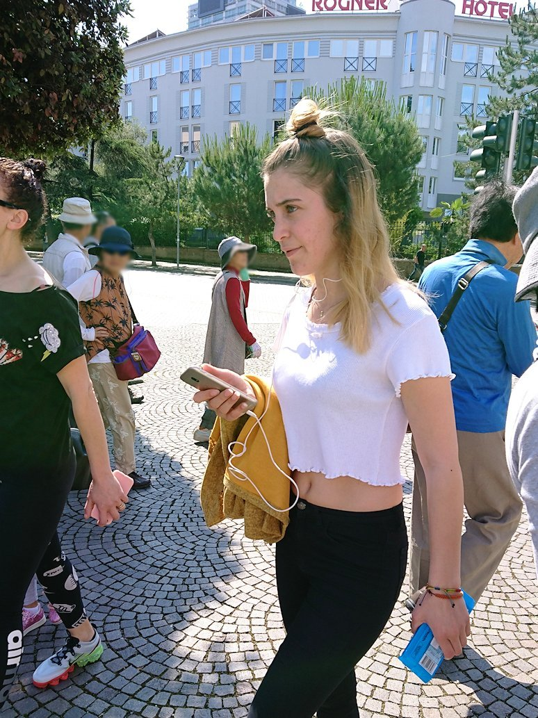 アルバニアで首都ティラナで子供の日イベント通りで子供達と記念撮影7