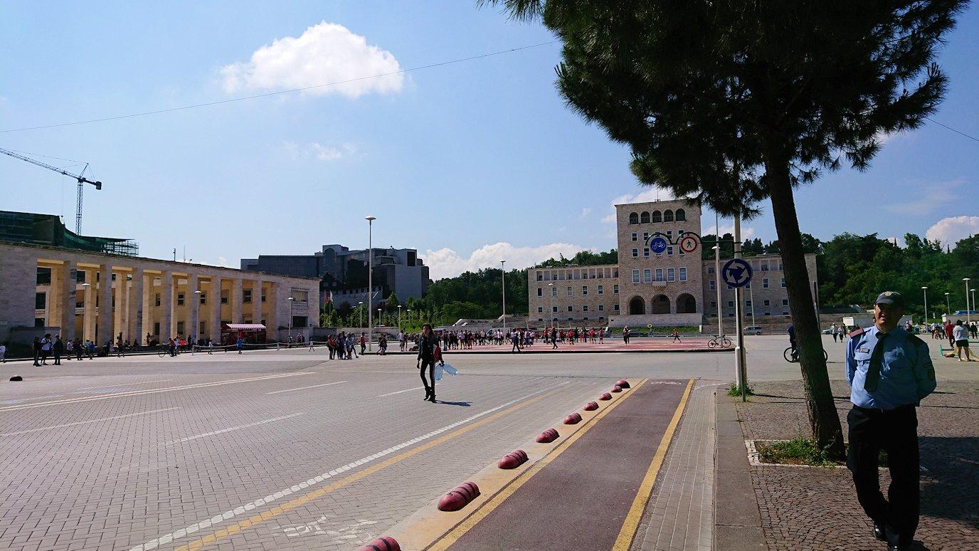 アルバニアで首都ティラナで子供の日イベント通りで遊ぶ8