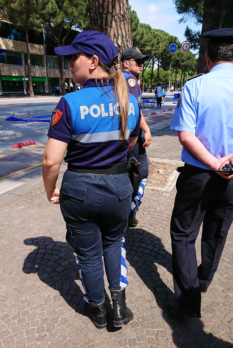 アルバニアのティラナで市内を見て回る2