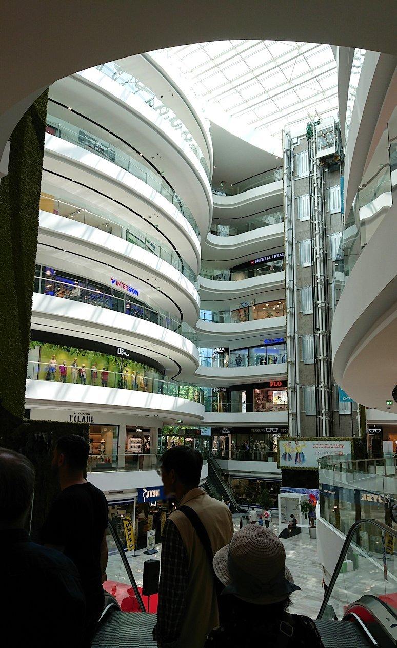 アルバニアのティラナ市内のショッピングモールに入る