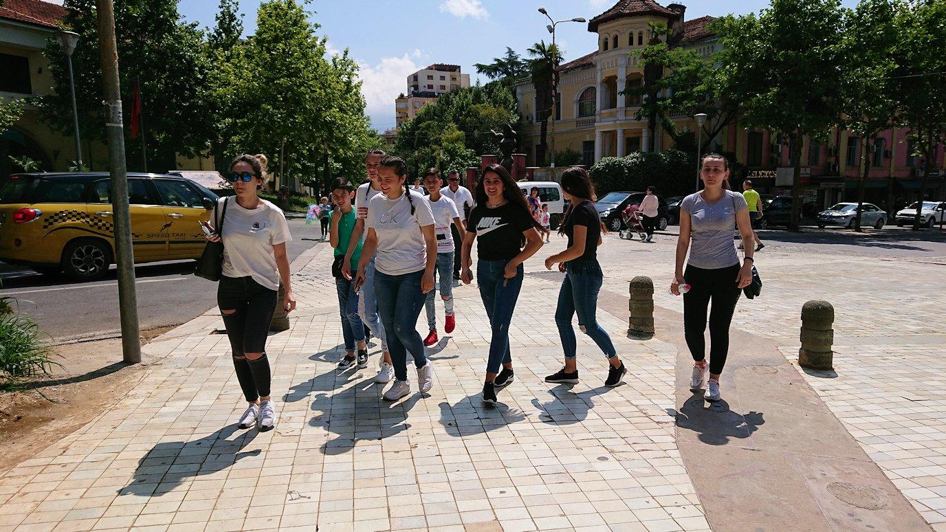 アルバニアのティラナ市内のショッピングモールからレストランに向かう4