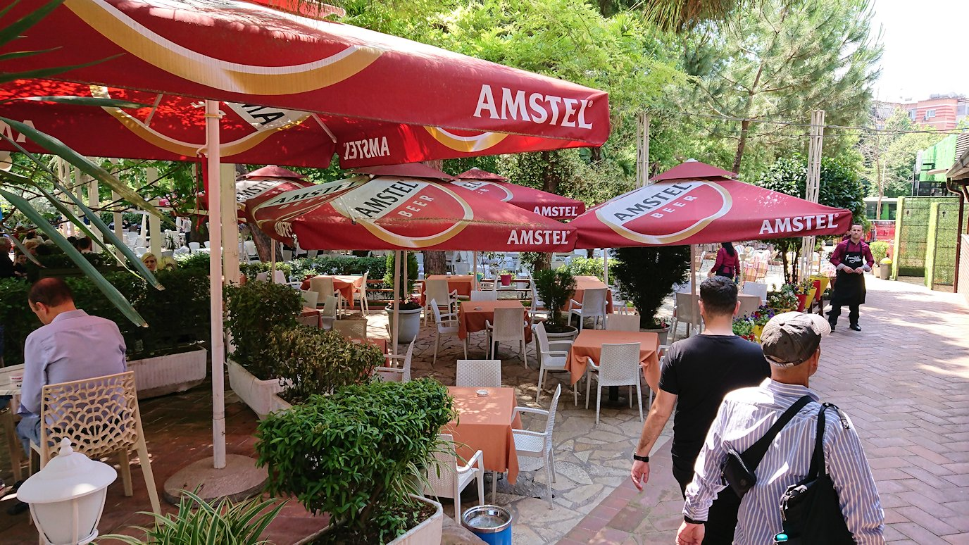 アルバニアのティラナ市内のショッピングモールからレストランに入る