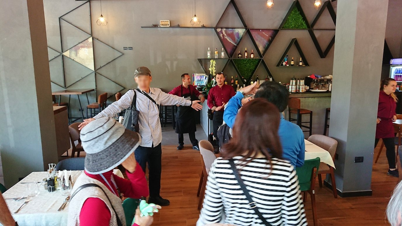 アルバニアのティラナ市内のショッピングモールからレストランに入る3
