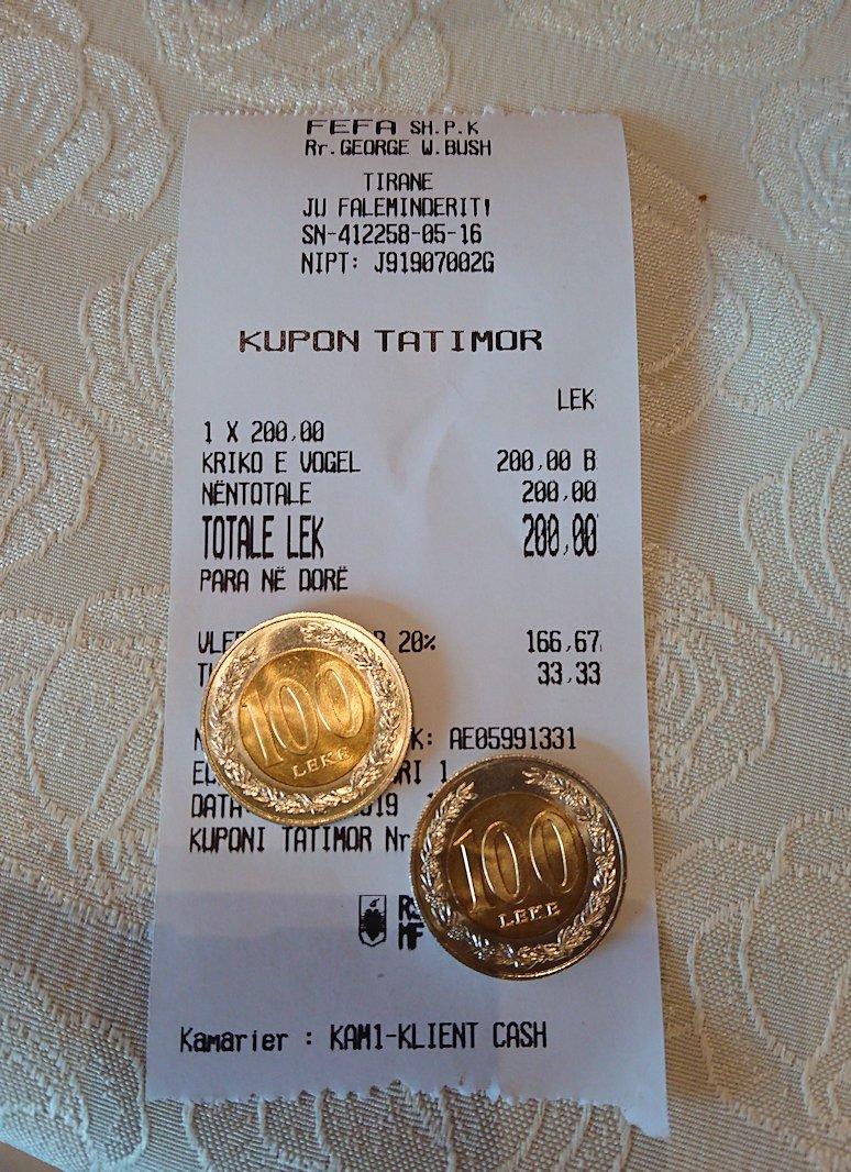 アルバニアのティラナ市内のショッピングモールからレストランに入る8