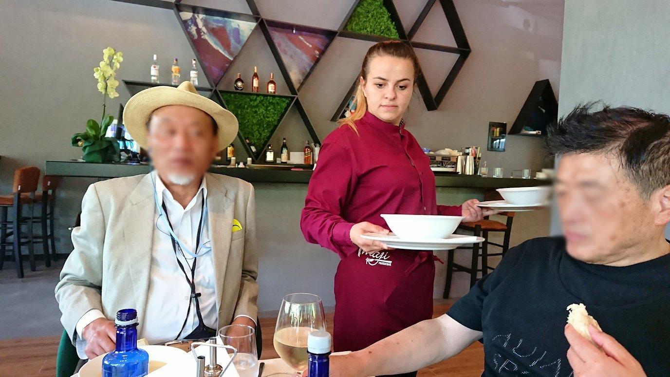 アルバニアのティラナ市内のショッピングモールからレストランに入る9