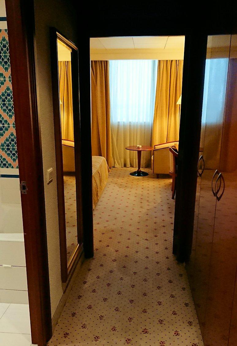 チュニジアのチュニスにあるエルムラディ・アフリカ・ホテルの部屋に入る
