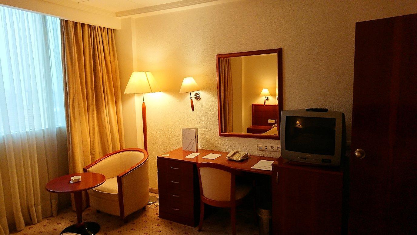 チュニジアのチュニスにあるエルムラディ・アフリカ・ホテルの部屋に入る2