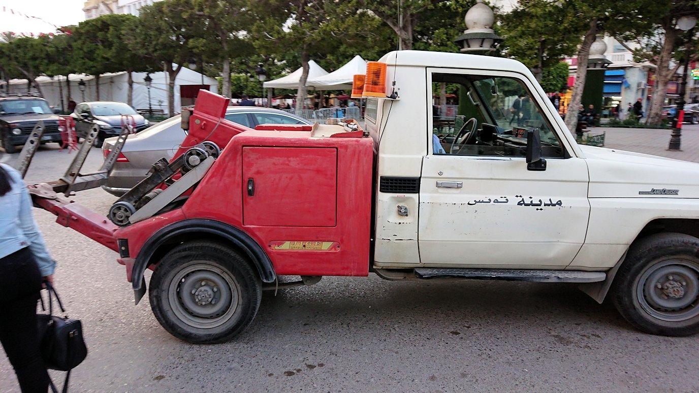 チュニジアのチュニスにあるエルムラディ・アフリカ・ホテルから歩いてスーパーマーケットに向かう2