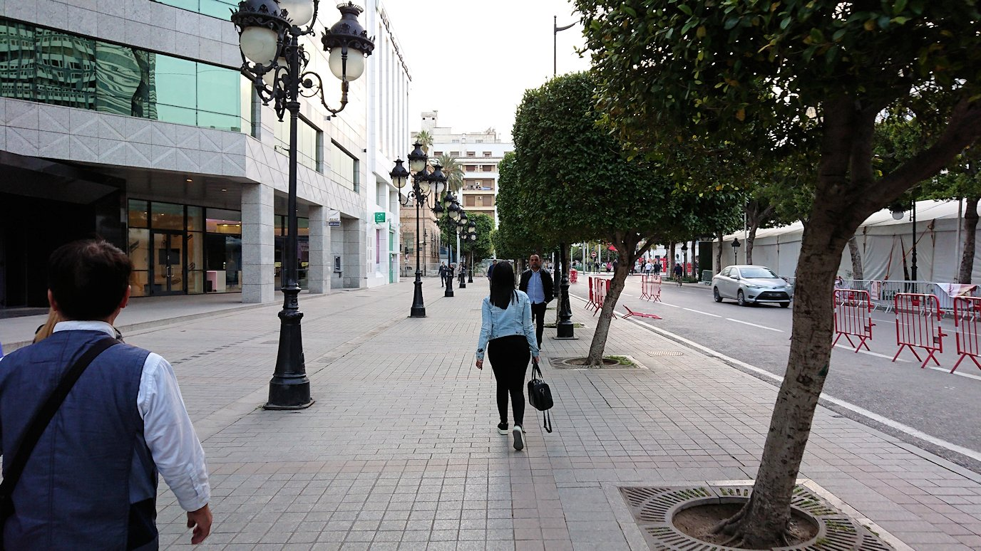 チュニジアのチュニスにあるエルムラディ・アフリカ・ホテルから歩いてスーパーマーケットに向かう3