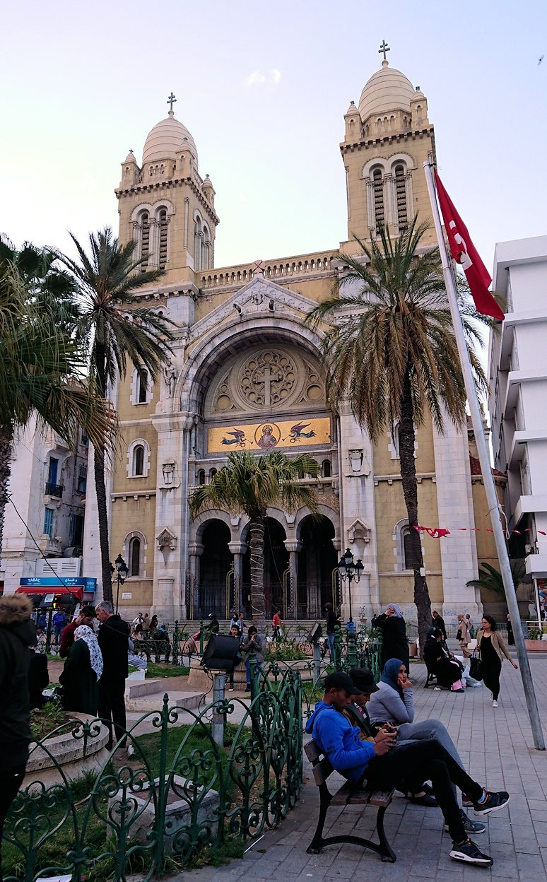 チュニジアのチュニスにあるエルムラディ・アフリカ・ホテルから歩いてスーパーマーケットに向かう4