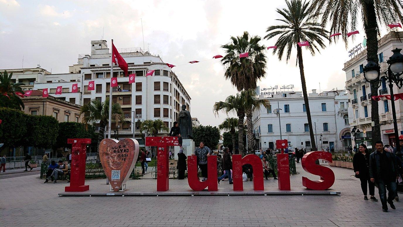 チュニジアのチュニスにあるエルムラディ・アフリカ・ホテルから歩いてスーパーマーケットに向かう6