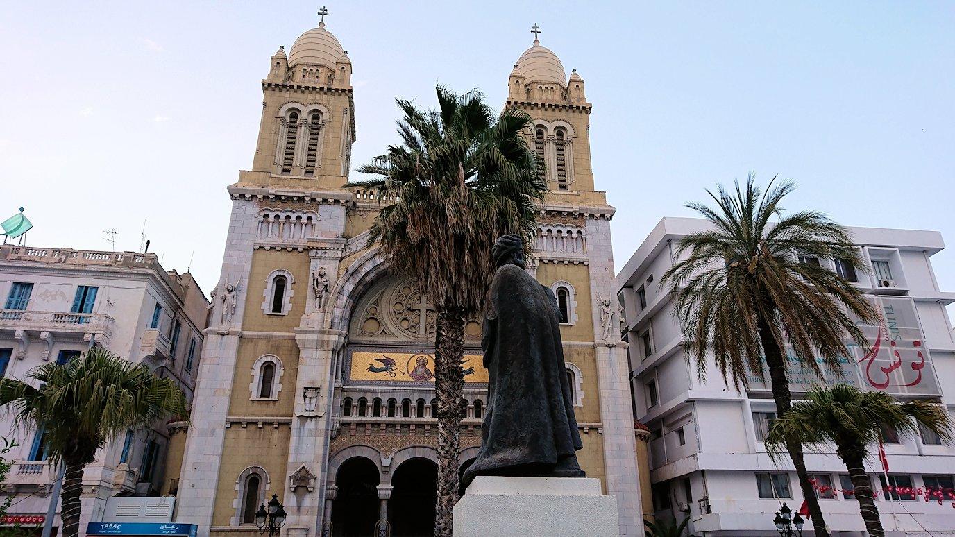 チュニジアのチュニスにあるエルムラディ・アフリカ・ホテルから歩いてスーパーマーケットに向かう8