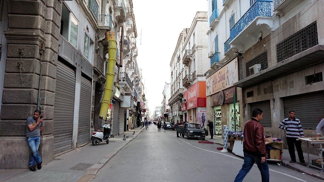 チュニジアのチュニスにあるエルムラディ・アフリカ・ホテルから歩いてスーパーマーケットに到着1