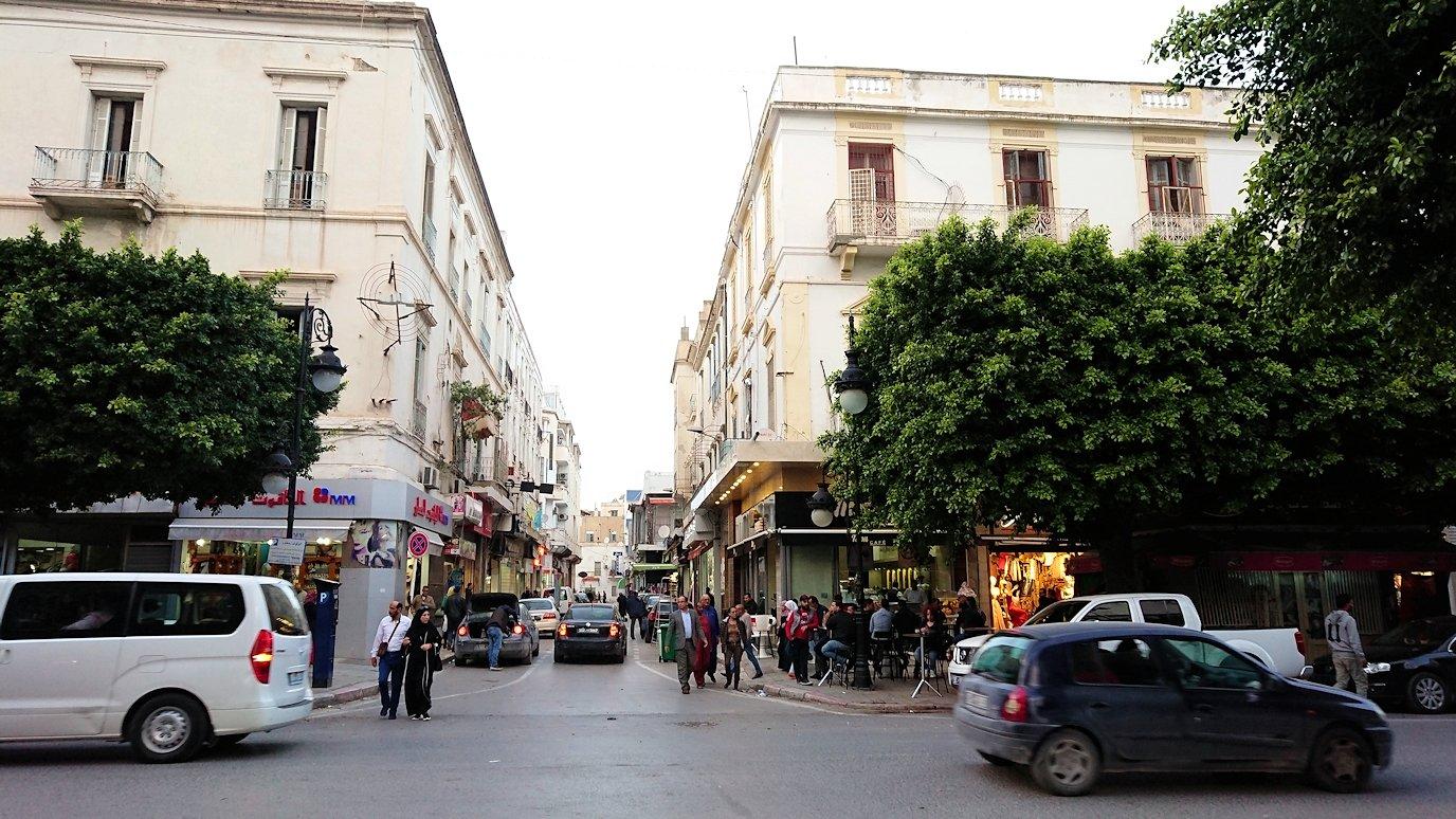 チュニジアのチュニスにあるエルムラディ・アフリカ・ホテルから歩いてスーパーマーケットに到着2