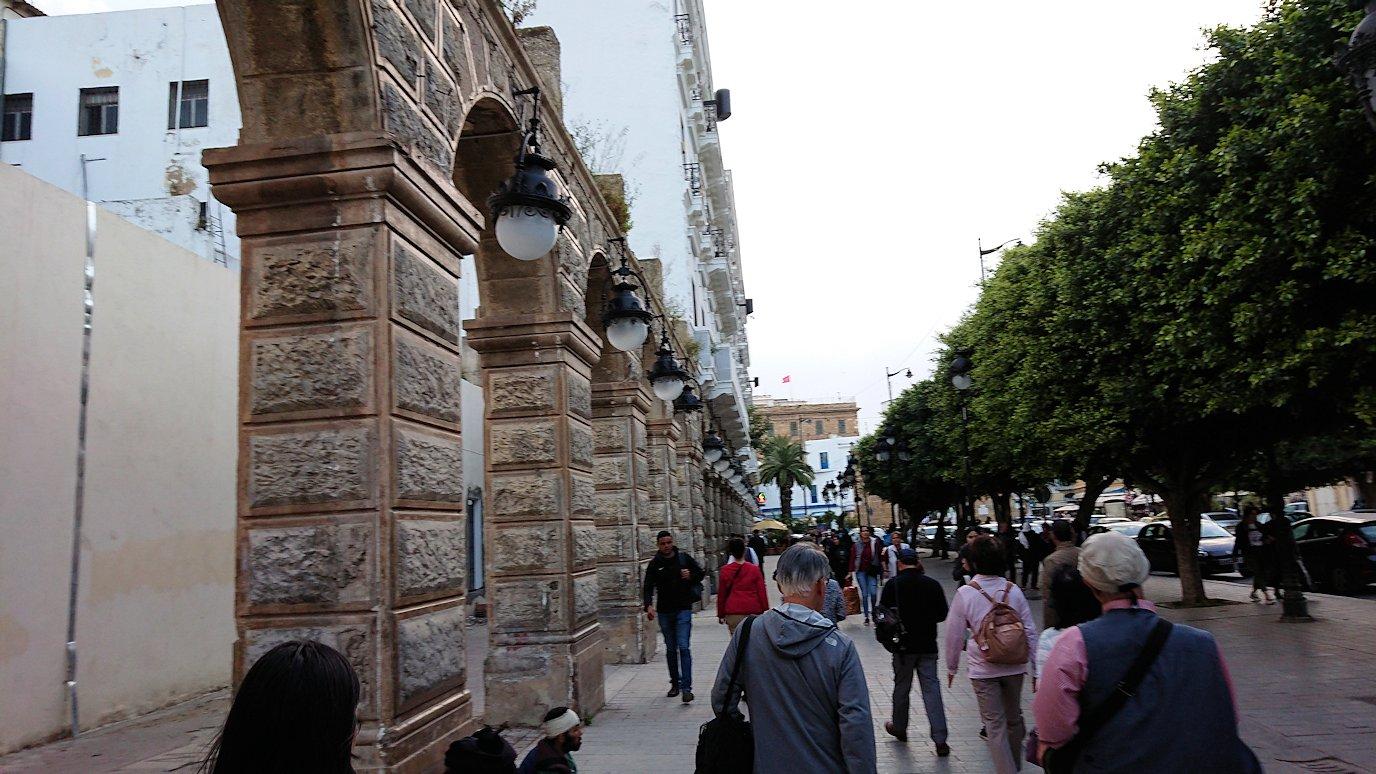 チュニジアのチュニスにあるエルムラディ・アフリカ・ホテルから歩いてスーパーマーケットに到着3
