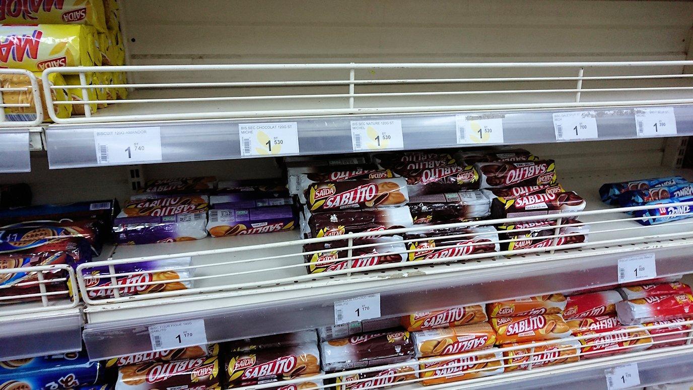 チュニジアのチュニスにあるエルムラディ・アフリカ・ホテルから歩いてスーパーマーケットでお買い物