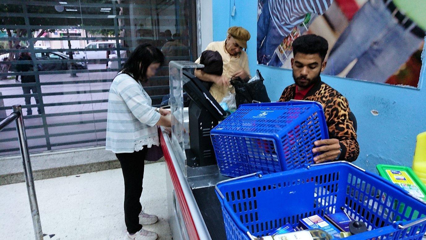 チュニジアのチュニスにあるエルムラディ・アフリカ・ホテルから歩いてスーパーマーケットでお買い物4