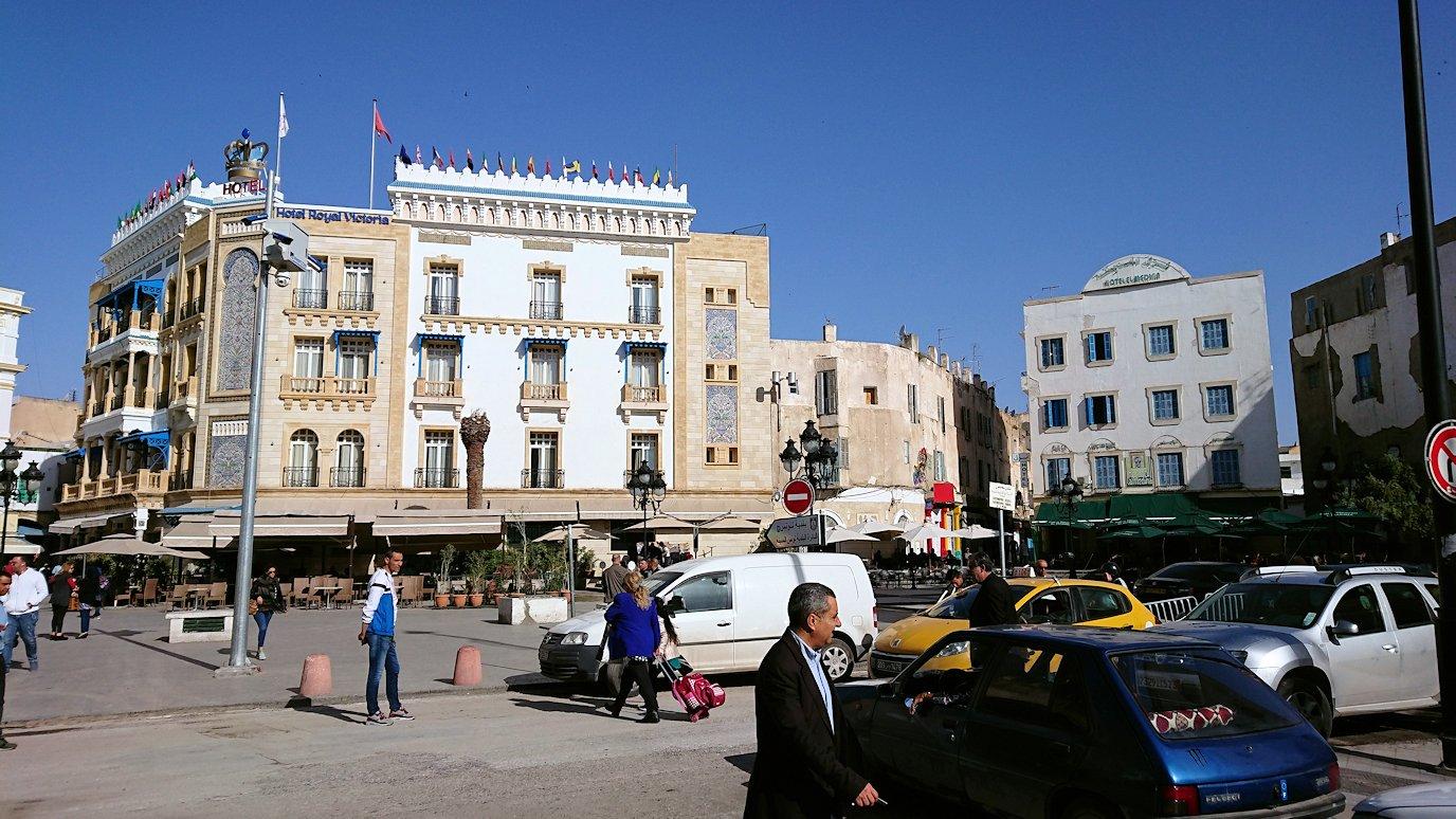 チュニジア:チュニスのメディナの入口にて