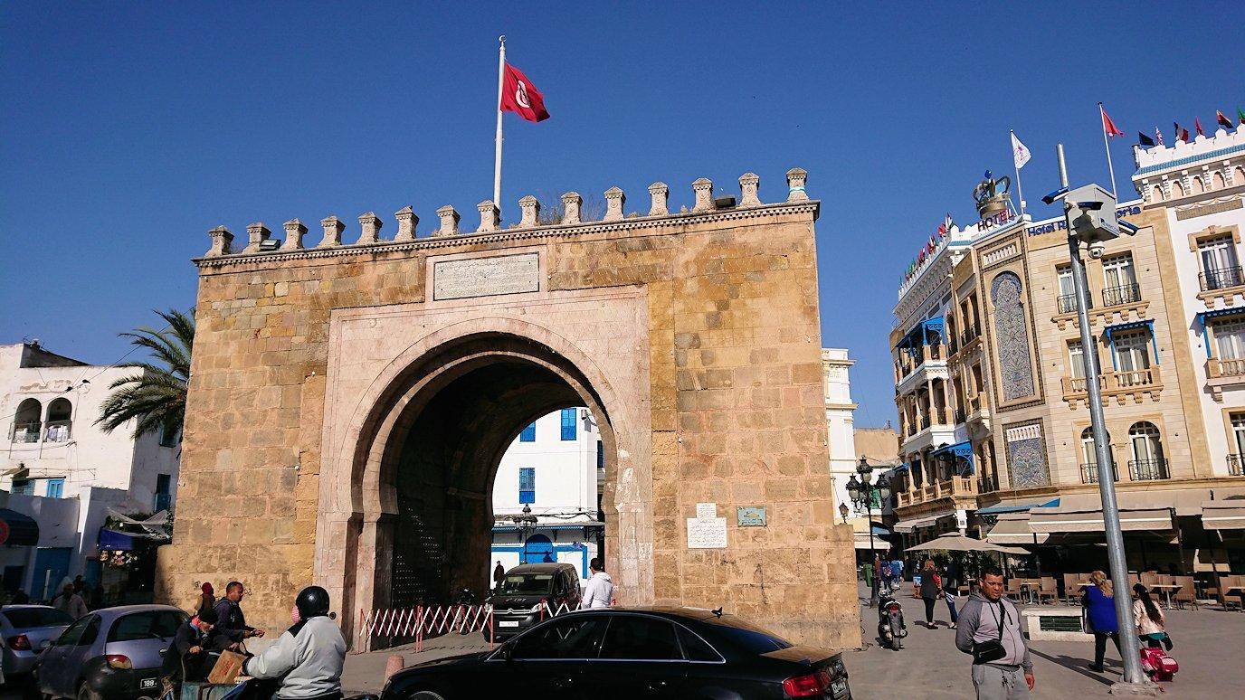チュニジア:チュニスのメディナの入口にて1