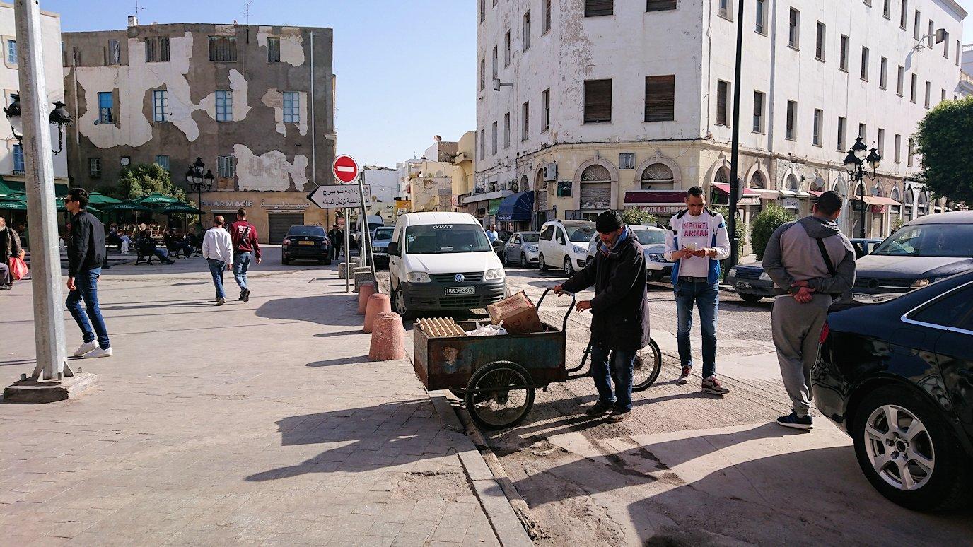 チュニジア:チュニスのメディナの入口にて2