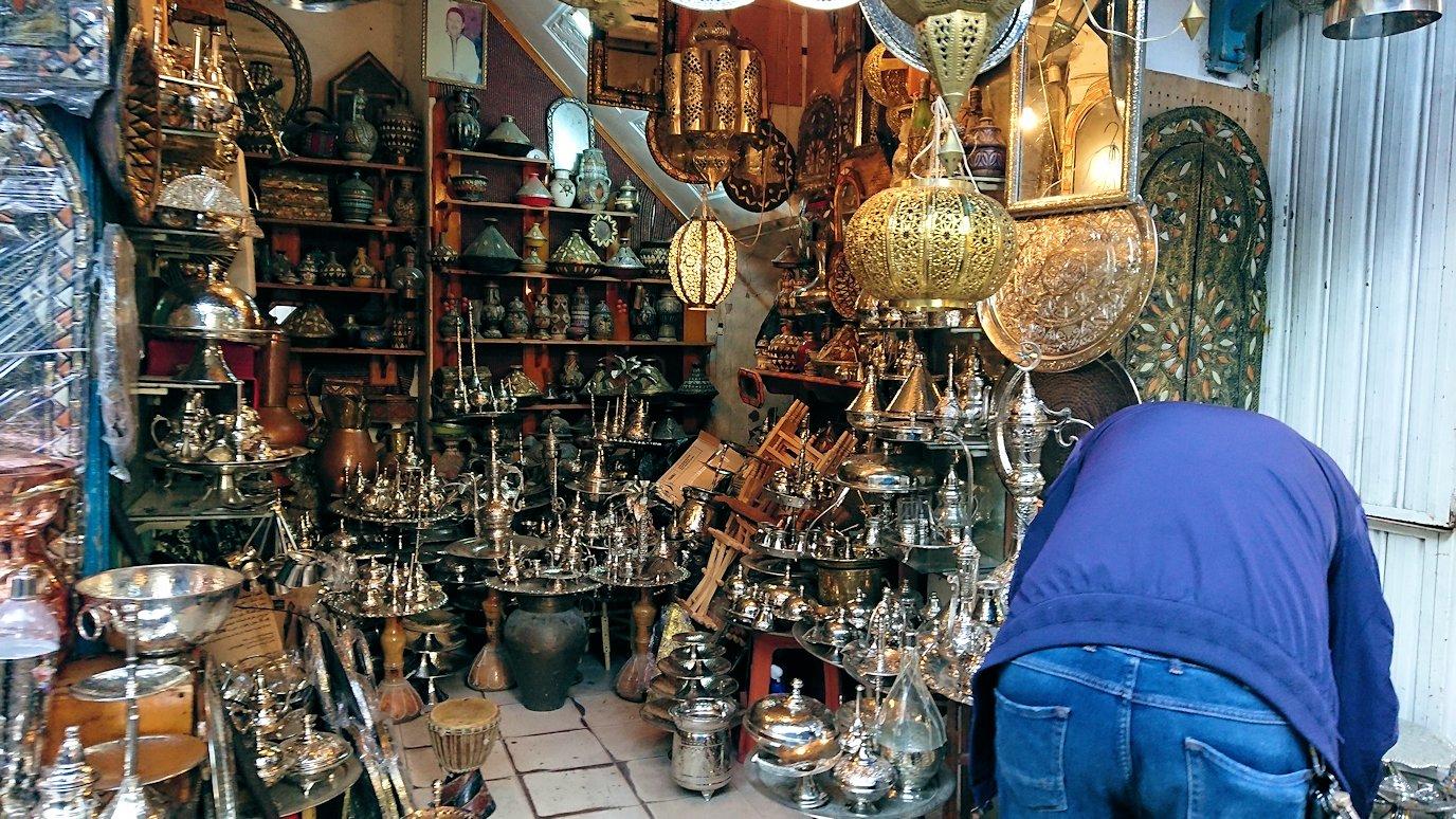 チュニジア:チュニスのメディナのメイン通りを進む