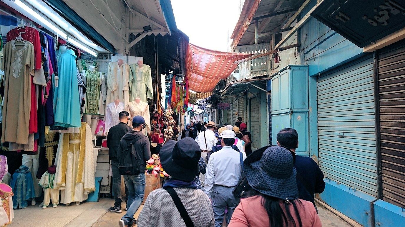 チュニジア:チュニスのメディナのメイン通りを進む1