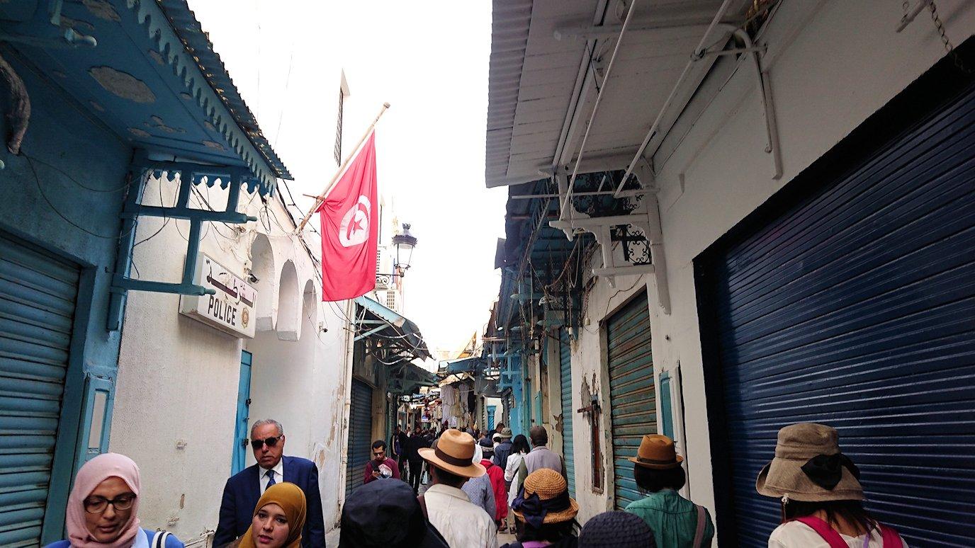 チュニジア:チュニスのメディナのメイン通りを進む2