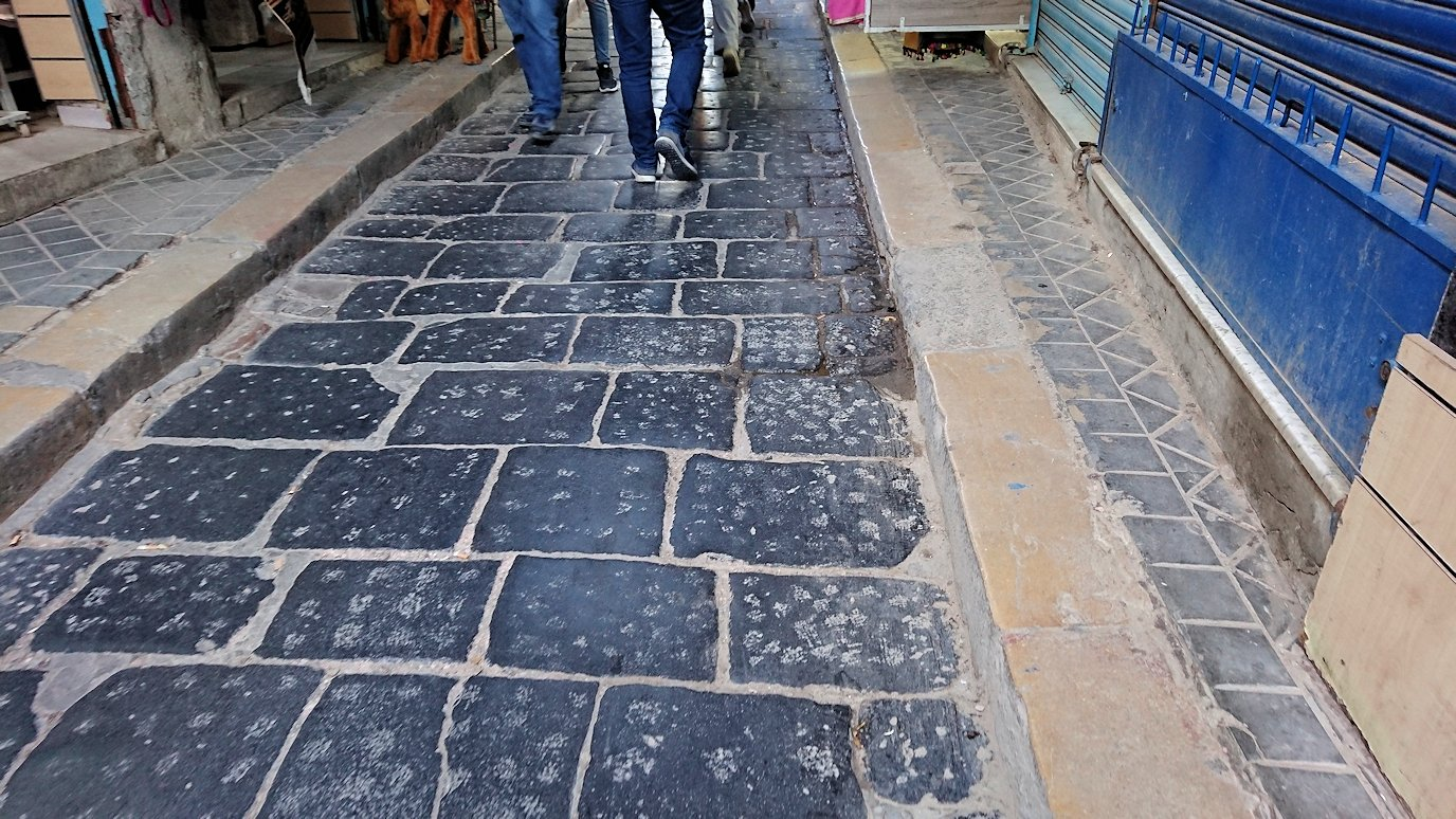 チュニジア:チュニスのメディナのメイン通りを進む5
