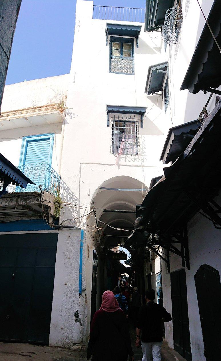 チュニジア:チュニスのメディナのメイン通りを進みながら写真を撮る
