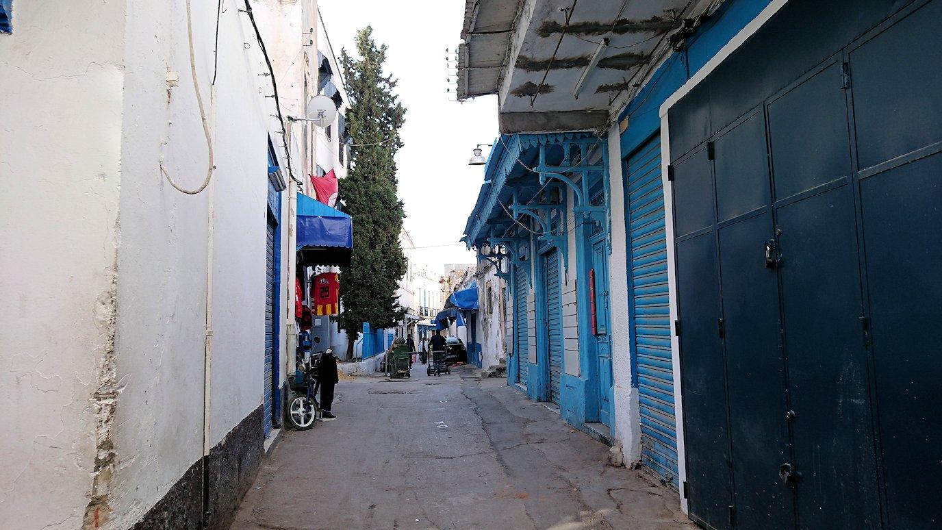 チュニジア:チュニスのメディナのメイン通りを進みながら写真を撮る1