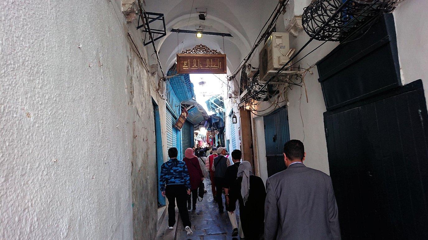チュニジア:チュニスのメディナのメイン通りを進みながら写真を撮る2