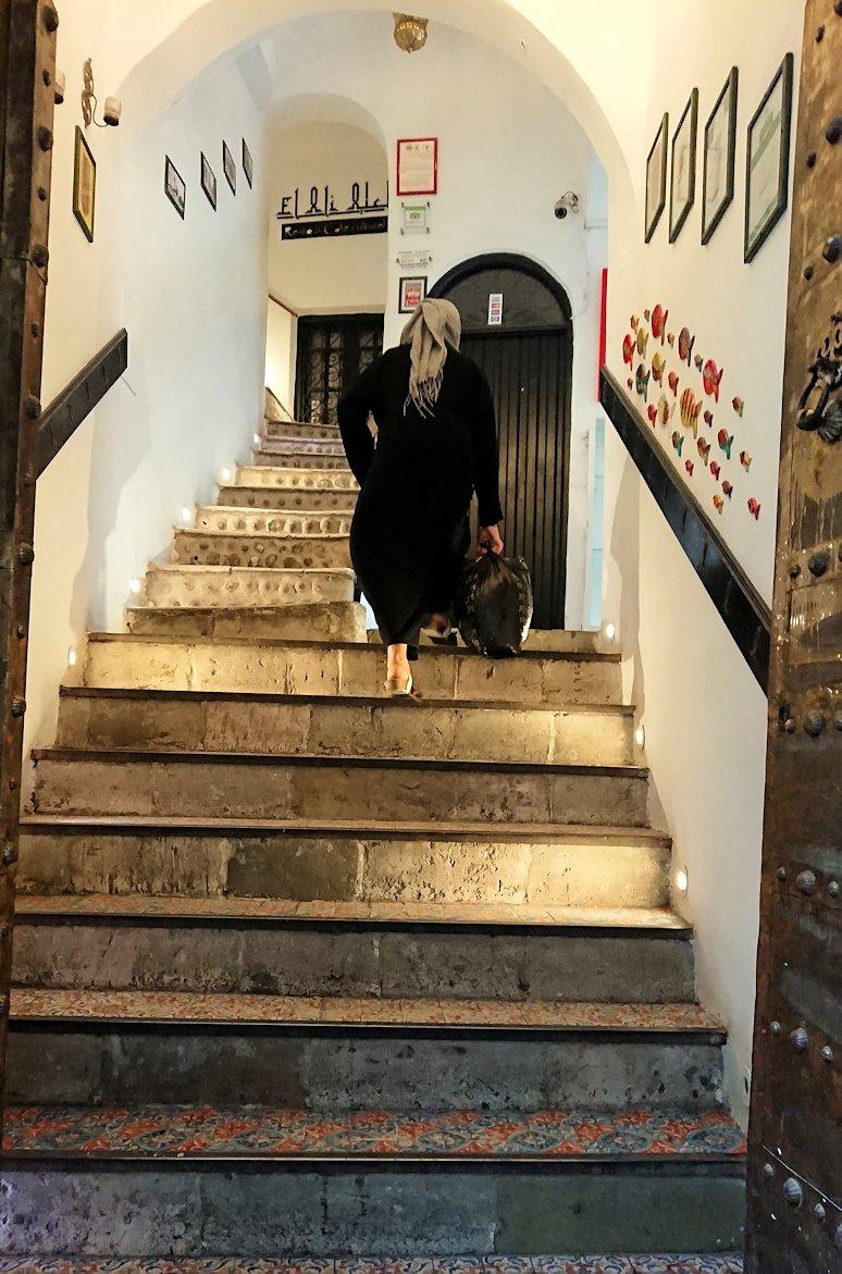 チュニジア:チュニスのメディナのメイン通りを進みながら写真を撮る3