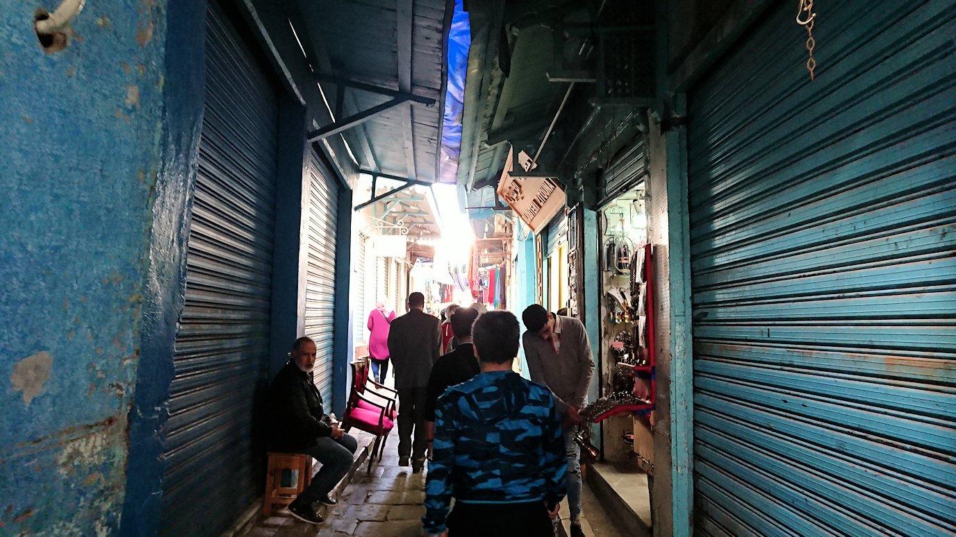 チュニジア:チュニスのメディナのメイン通りを進みながら写真を撮る4