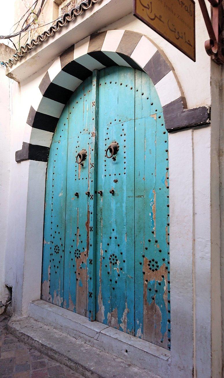 チュニジア:チュニスのメディナのメイン通りを進みながら写真を撮る5
