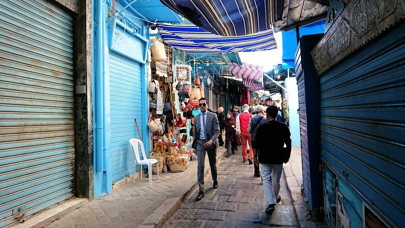 チュニジア:チュニスのメディナのメイン通りを進みながら写真を撮る7