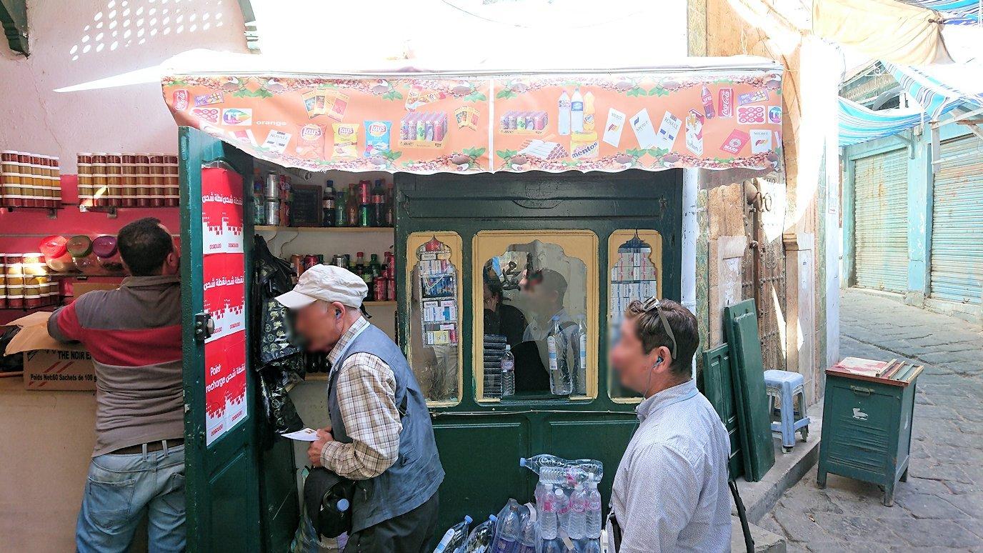 チュニジア:チュニスのメディナのメイン通りを進みながらグランドモスクに2