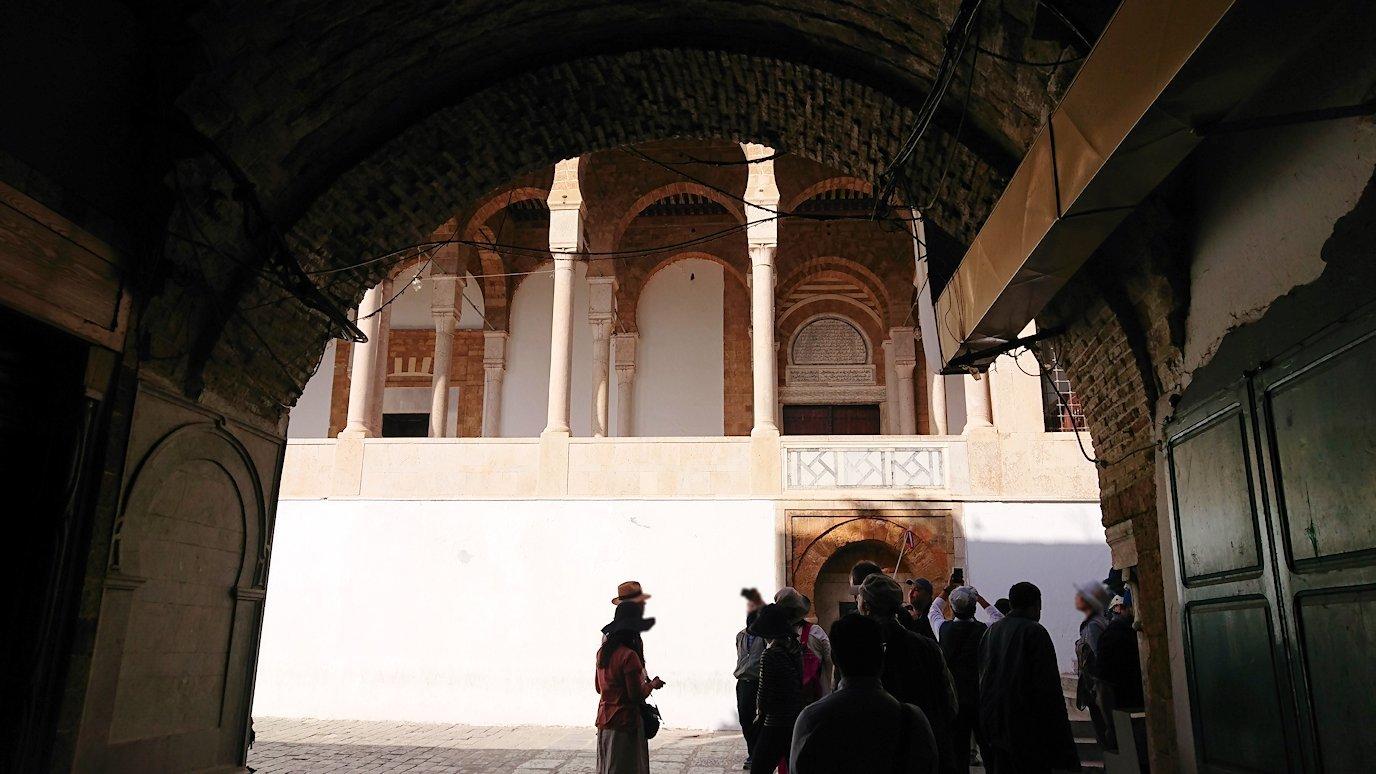 チュニジア:チュニスのメディナのメイン通りを進みながらグランドモスクに3