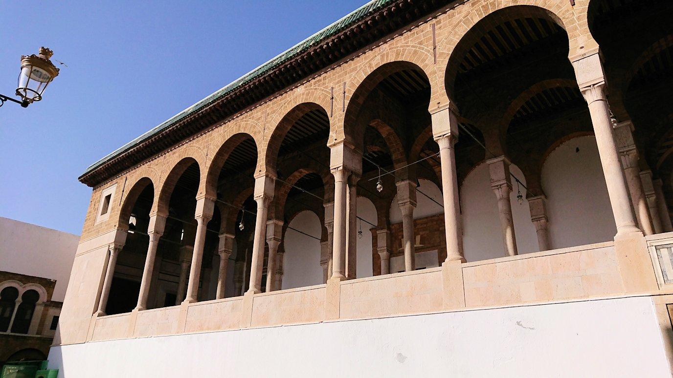 チュニジア:チュニスのメディナのメイン通りを進みながらグランドモスクに4
